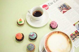 Καφέ με κέικ στο cake